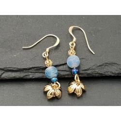 Goldige Ohrringe mit Goldeener Blume und blaue Perle